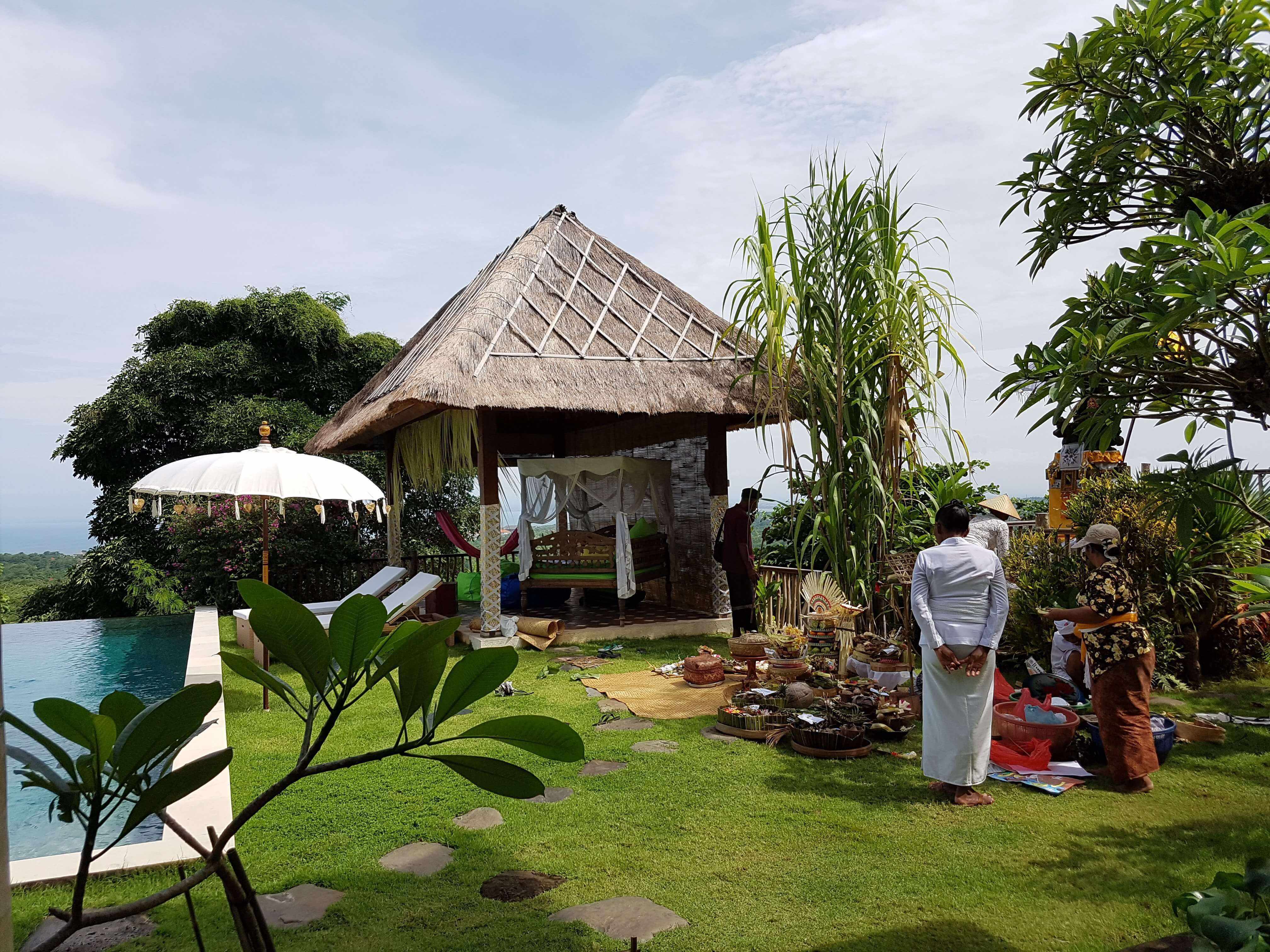 Hütte und Menschen auf Bali