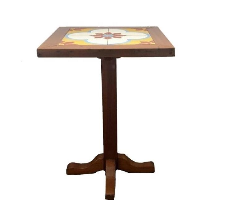 Tisch mit Kacheln