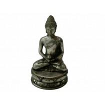 Buddha sitzend mit einer Kugel in den Händen